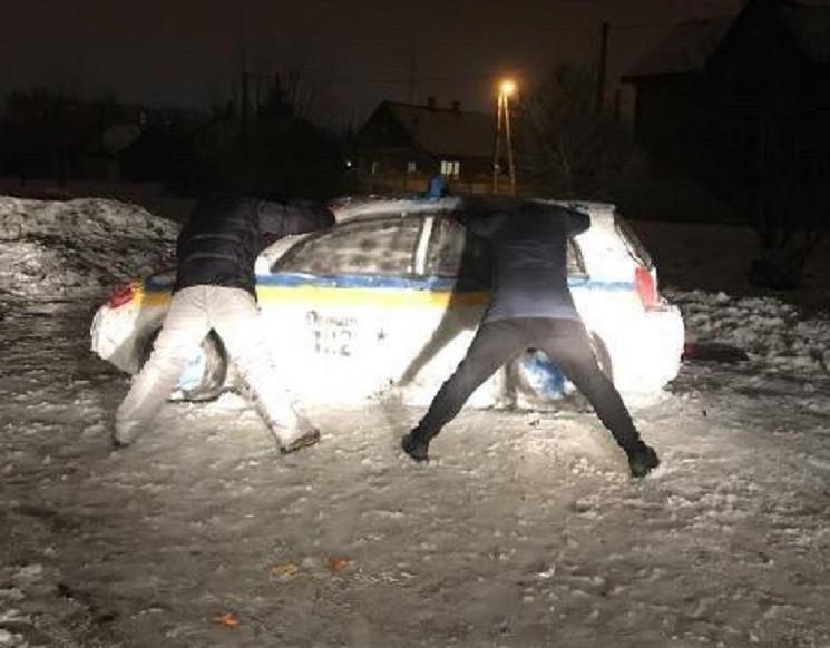 У Дніпрі зі снігу зліпили поліцейську ав…