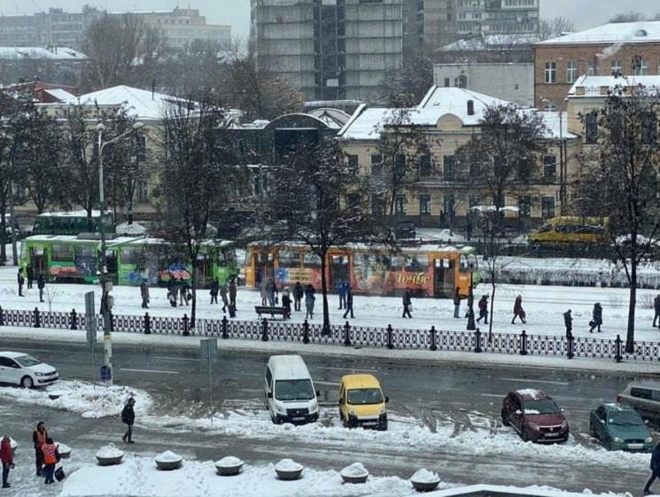 У центрі Дніпра з трамвая через задимлен…