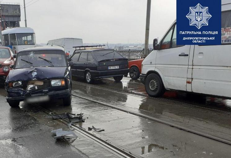 На мосту у Дніпрі зіткнулися три автівки…