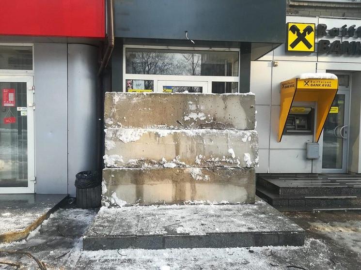 В Днепре вход в магазин завалили бетонны…