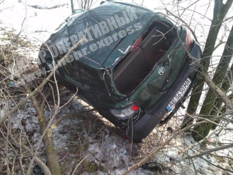 Поряд із Дніпром автомобіль вилетів з тр…