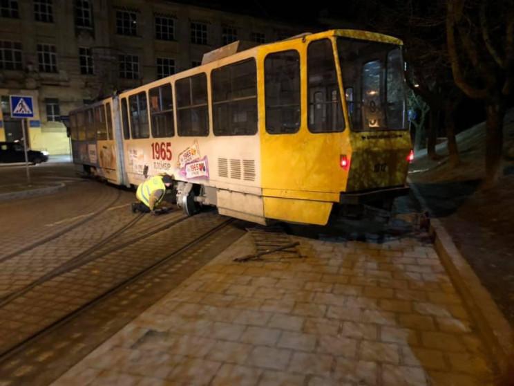 У Львові трамвай знову зійшов з рейок (Ф…