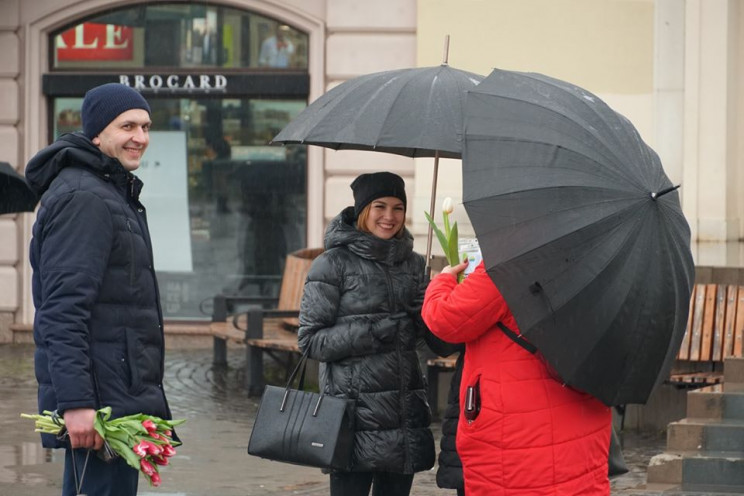 У центрі Ужгорода перехожим роздавали кв…