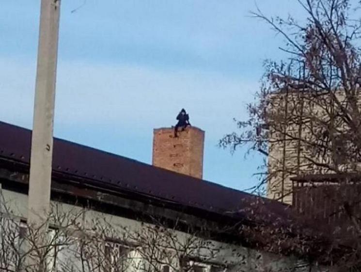 Під Дніпром чоловік видерся на дах палац…