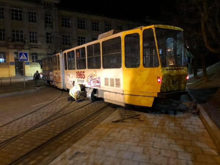 У Львові ремонтують вагон, який зійшов з…
