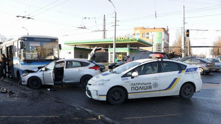 В Днепре Ford столкнулся с Lexus и прота…