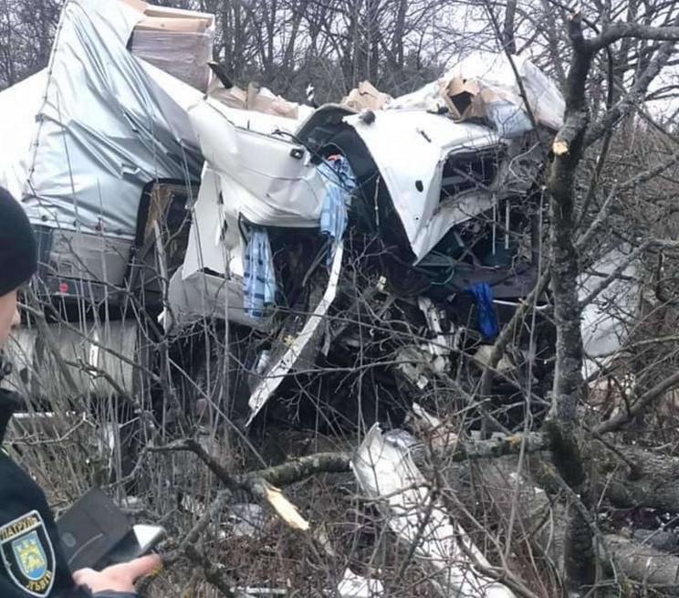 У Яворівському районі вантажівка злетіла…