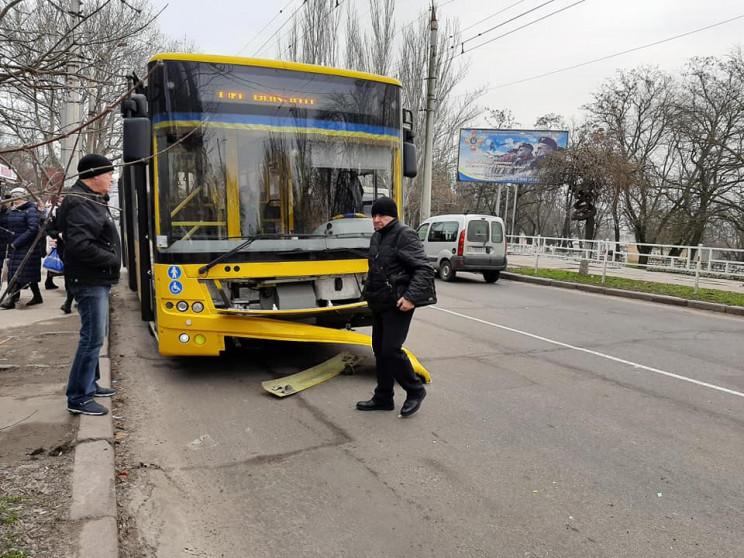 В Херсоне троллейбус с пассажирами попал…