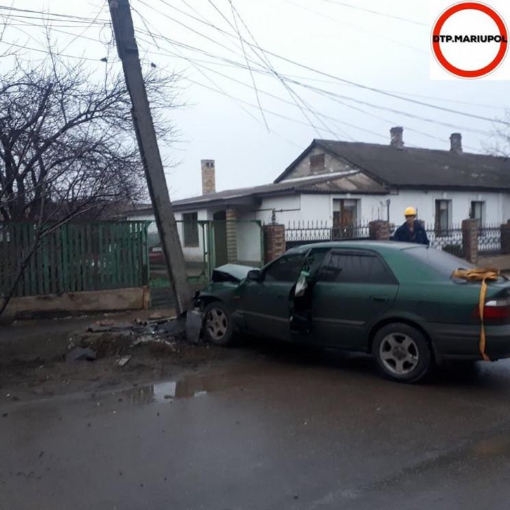 В Мариуполе водитель протаранил столб, с…