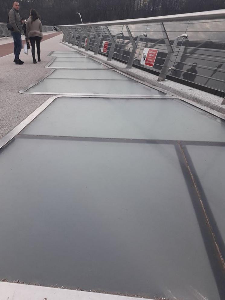 """На """"мосту Кличка"""" прибрали прозоре скло.…"""