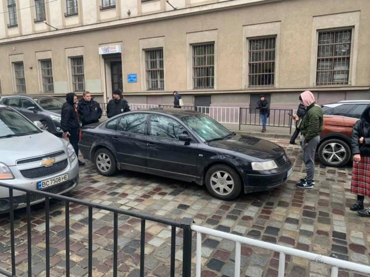 У центрі Львова жінка домкратом розбила…