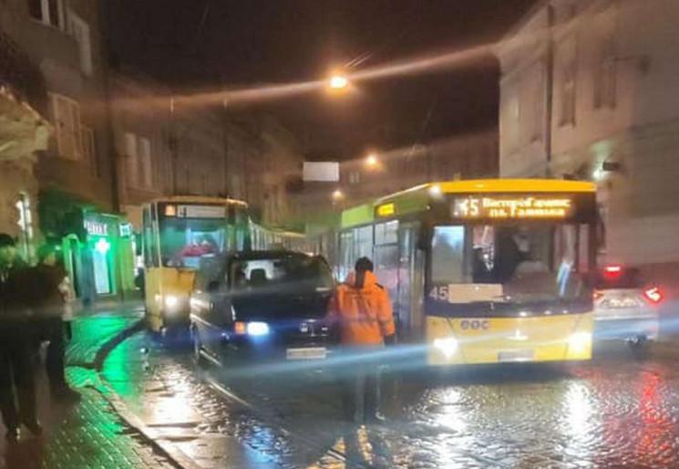 У Львові сталася ДТП на трамвайній колії…