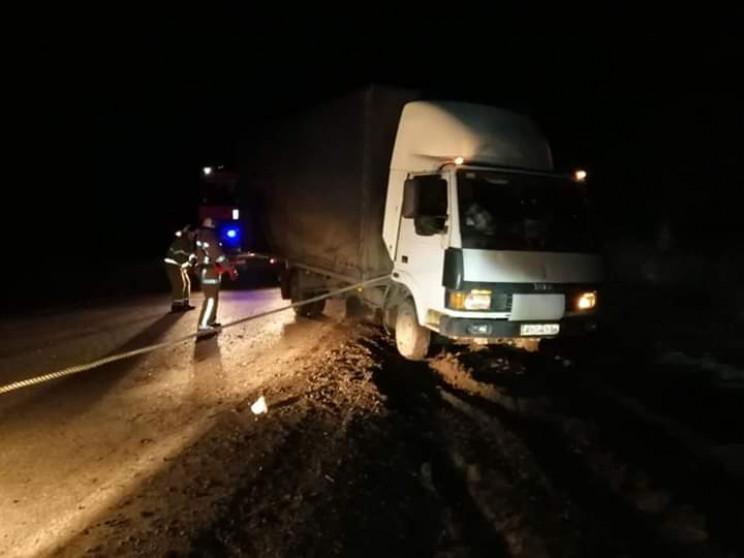 Под Харьковом спасатели вытащили грузови…