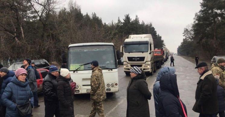 На Харьковщине люди перекрыли трассу, пр…