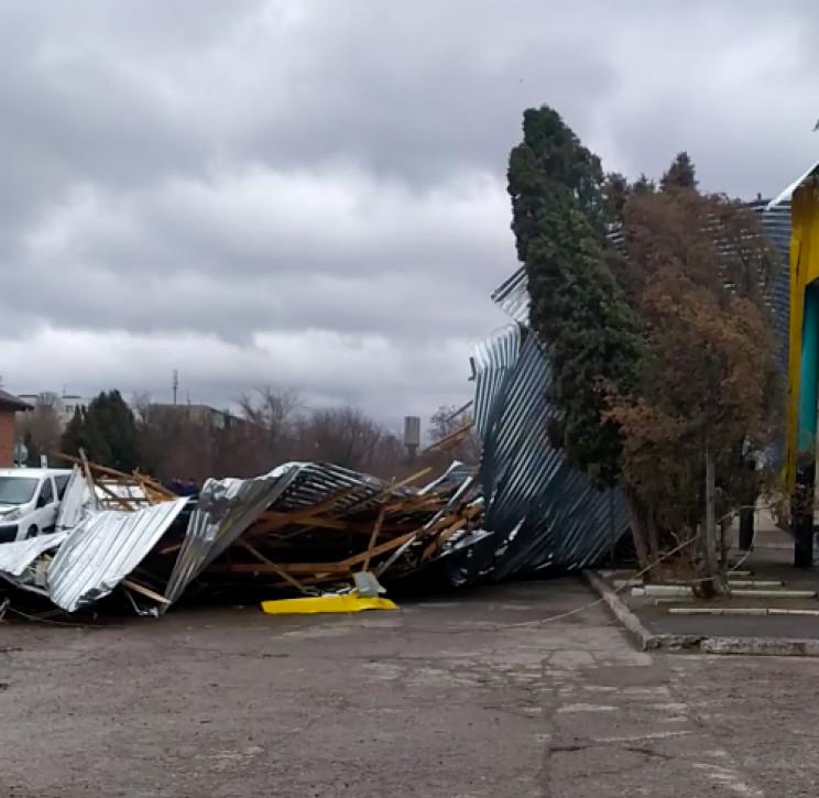 У Ладижині дах з будівлі автовокзалу зду…