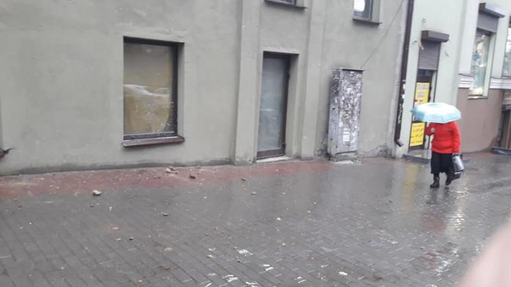 У центрі Дніпра з будинку на тротуар пад…