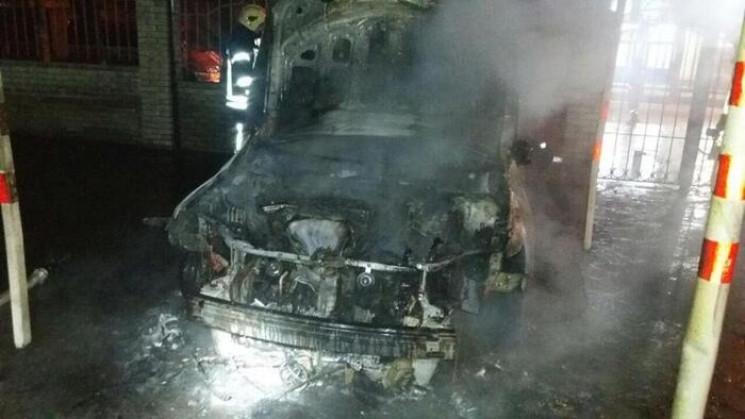 Вночі у Сумах спалили дві автівки…