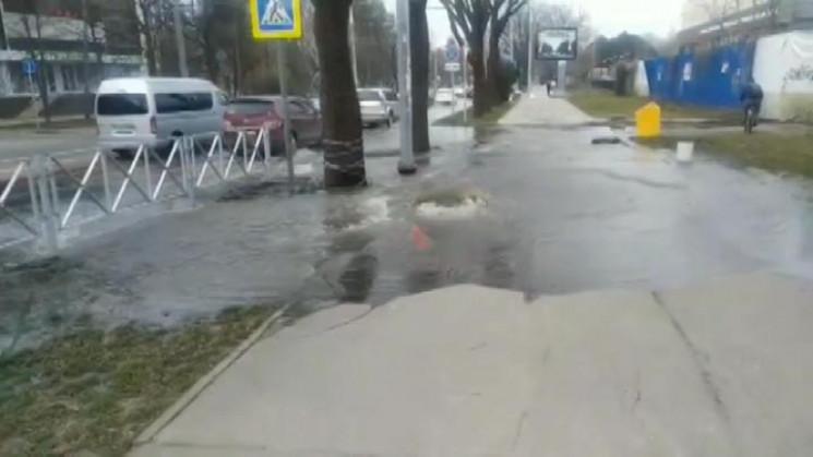 На вулиці Краснодару через прорив каналі…
