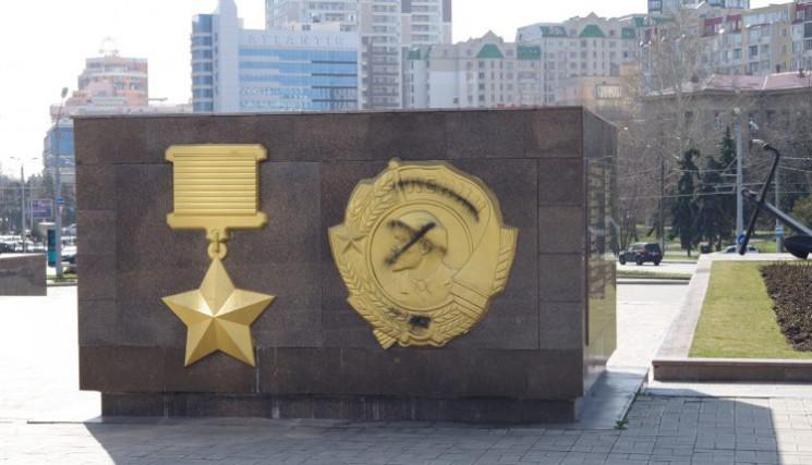 Вандалы осквернили мемориал на площади 1…