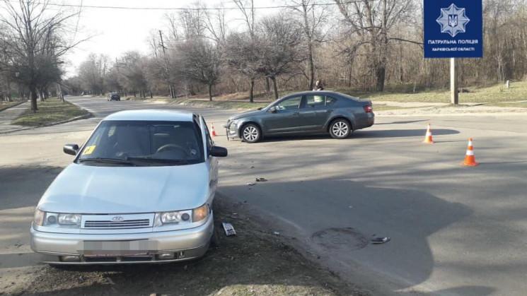 У Харкові на перехресті врізалися авто:…