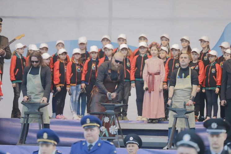 В центре Днепра около тысячи людей спели…
