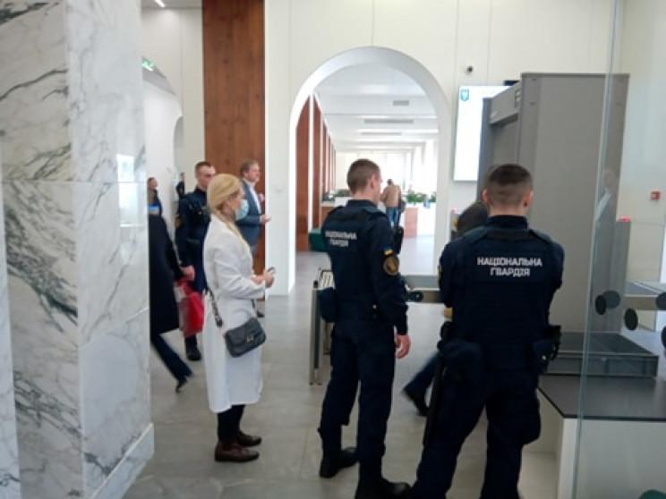 На входе в столичную мэрию у посетителей…