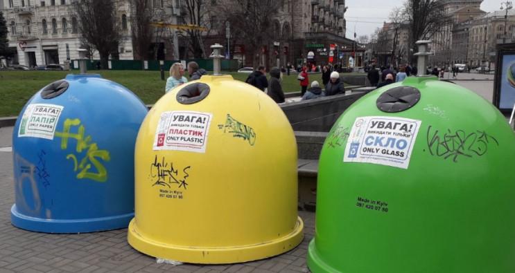 Столичні комунальники витирають сміттєві…