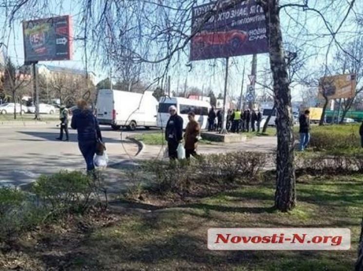 У Миколаєві поліцейські висаджують пасаж…