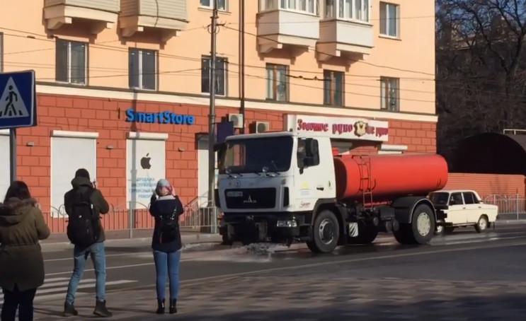 В Мариуполе начали мыть дороги и тротуар…
