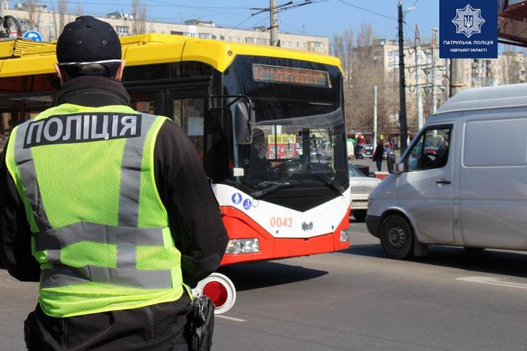 В Одесі б'ють водіїв та жбурляють камінн…