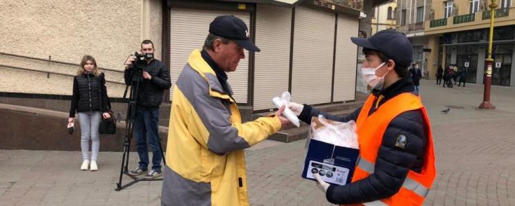 У Франківську на Вічевому волонтери розд…