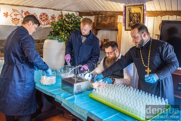 Як священики ПЦУ виготовляють антисептик…