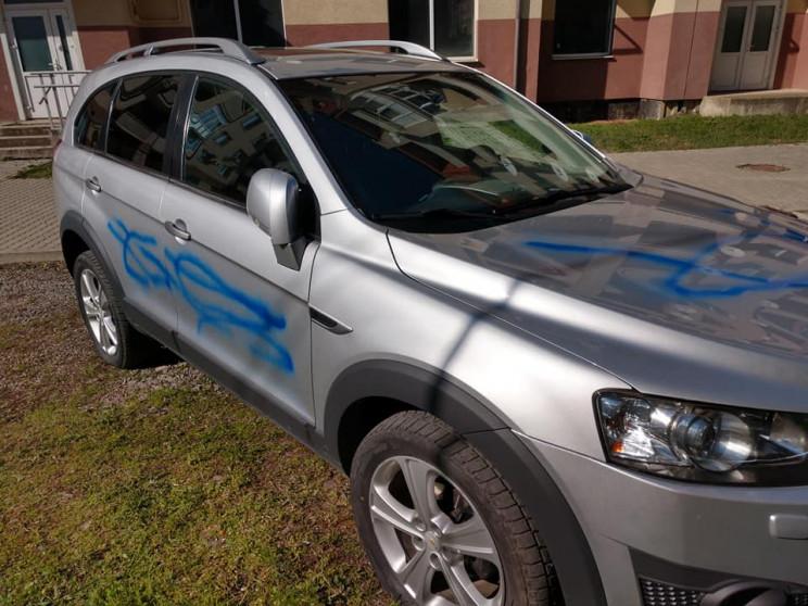 Ужгородському депутату понівечили автівк…