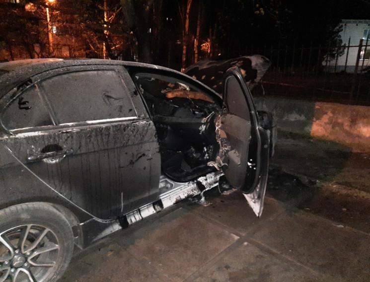 В Херсоне горел припаркованный возле мно…