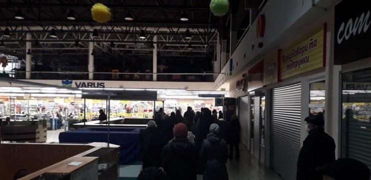 Як у Дніпрі перед супермаркетами збирают…