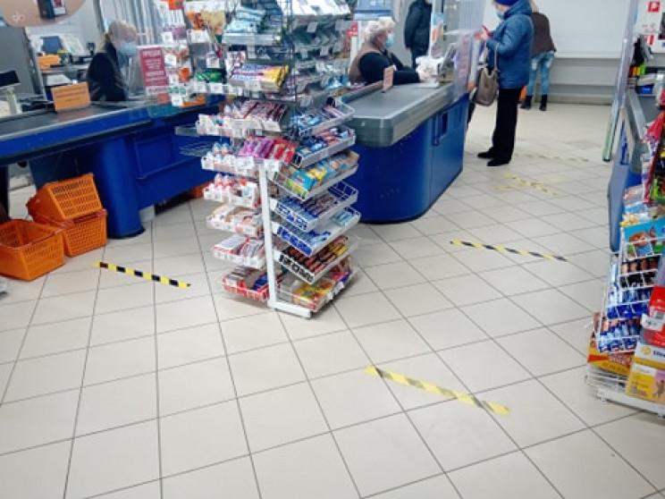 Перед входом – дистанція, в магазині – л…