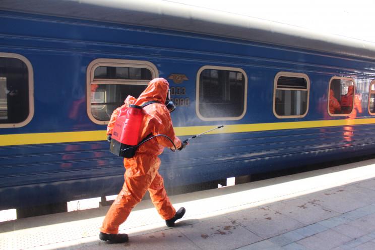 Спасатели провели обеззараживание поезда…