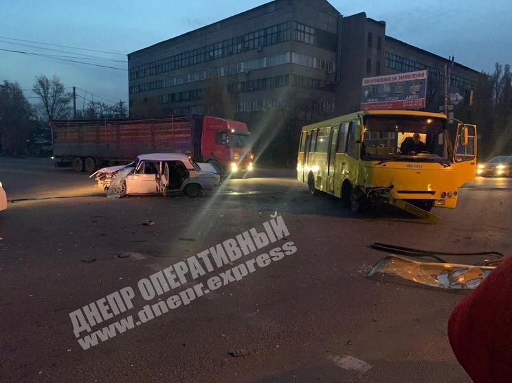 У Дніпрі легковик протаранив автобус з л…