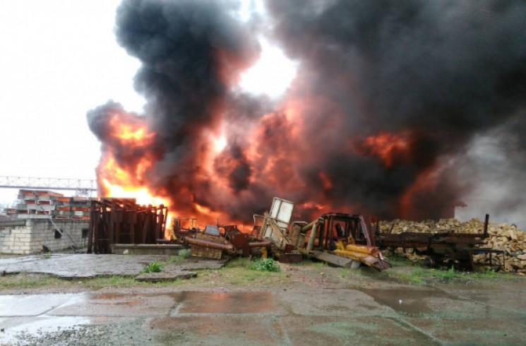 На Херсонщині палає склад будівельних ма…