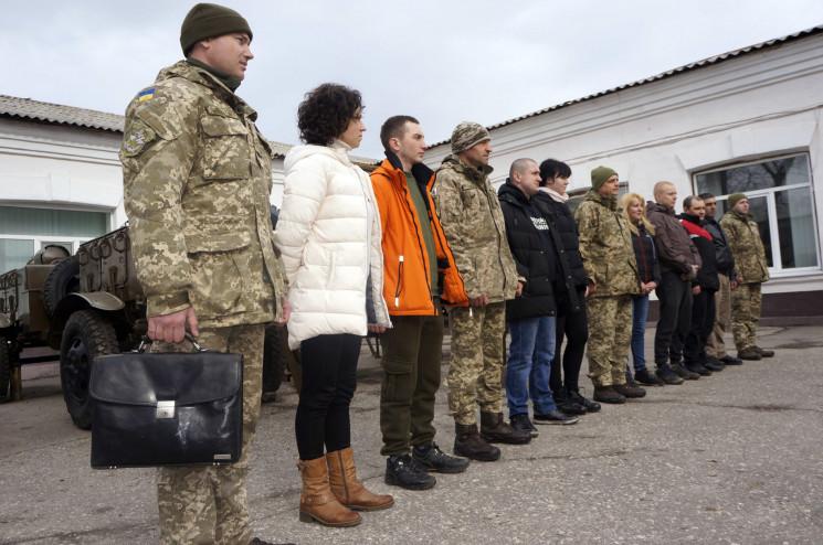 На Харківщині півсотні жінок пішли в арм…