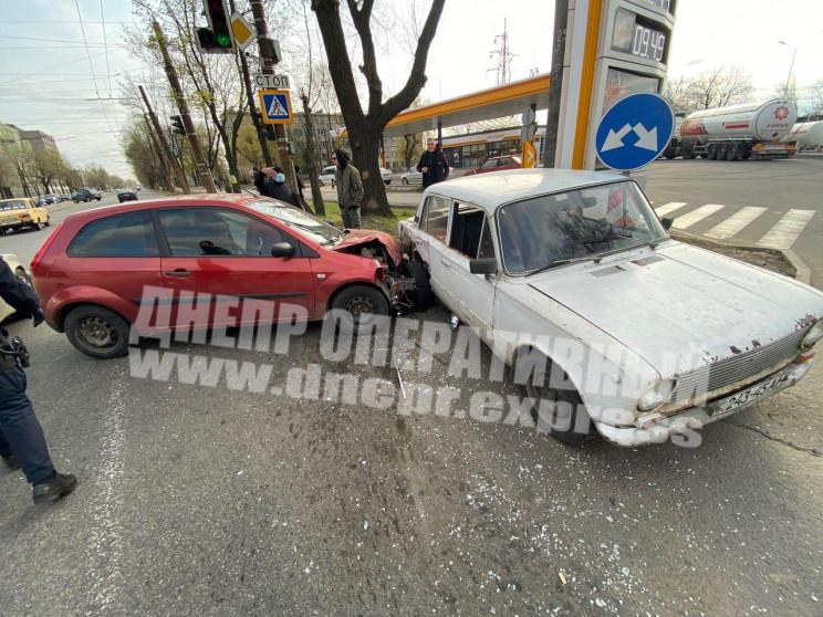У Дніпрі водій розтрощив іномарку об ірж…