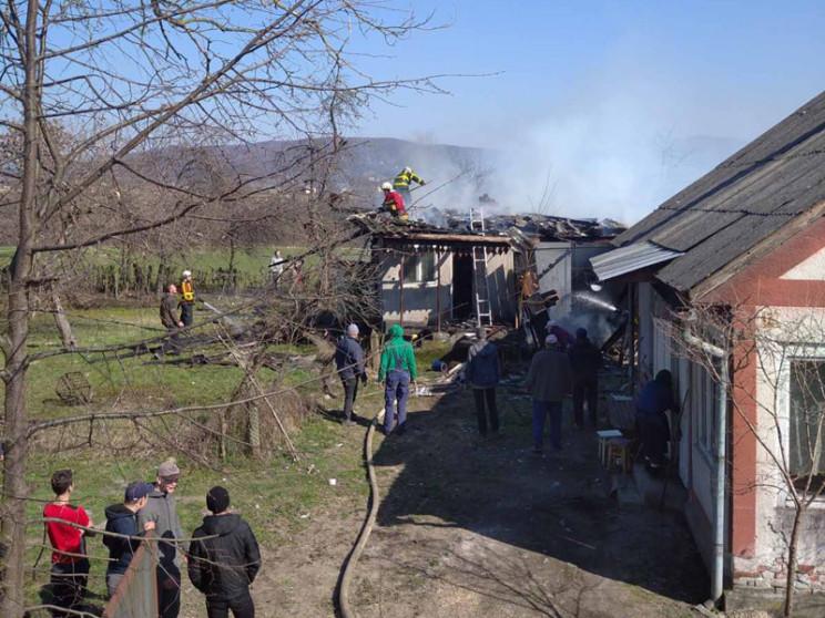 Хустские пожарные спасли на пожаре жилой…