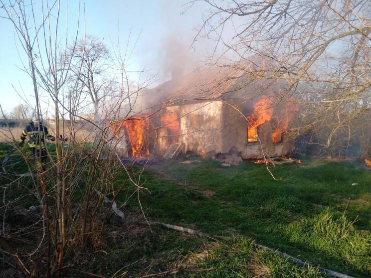 У Запорізькому селі вогонь охопив приват…