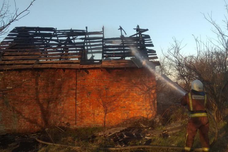 На Харківщині вогонь знищив дах житловог…