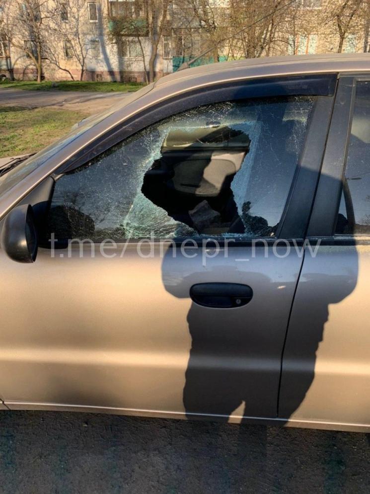 У Дніпрі розбивають вікна у автівках…