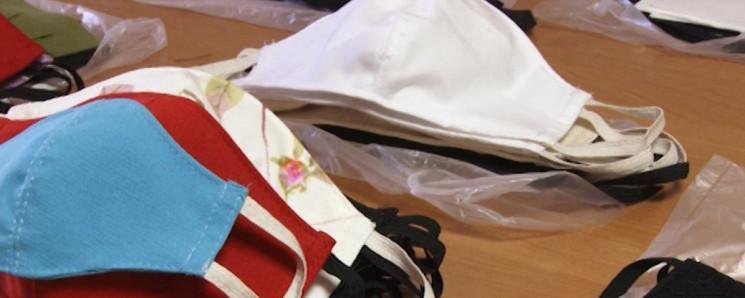 Переселенка из Луганщины шьет маски в Уж…