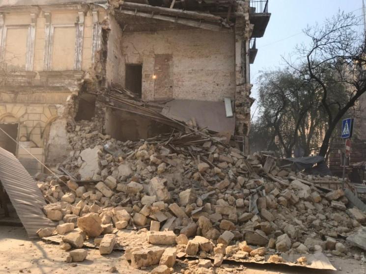 В Одессе обрушилась часть трехэтажного з…