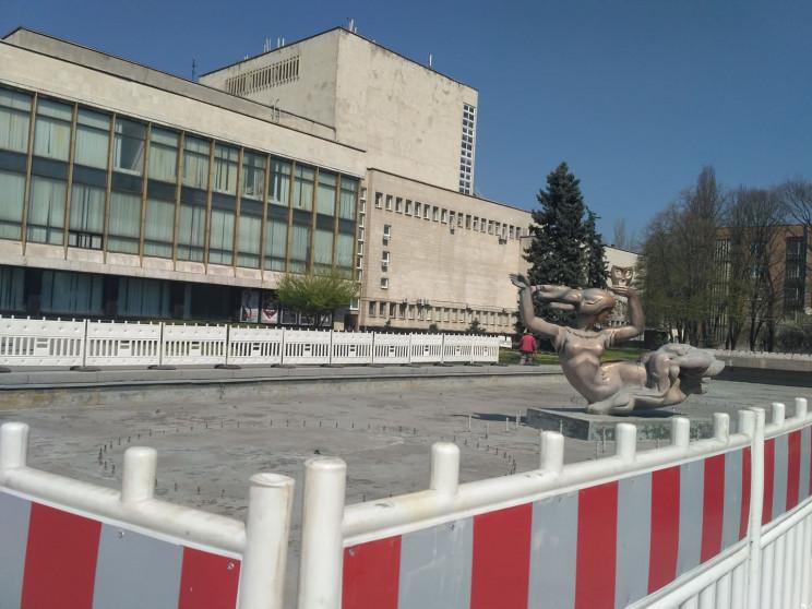 """У центрі Дніпра фонтан """"зашивають"""" у пар…"""