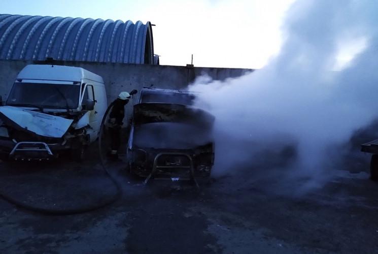 В Днепре на парковке загорелись два авто…