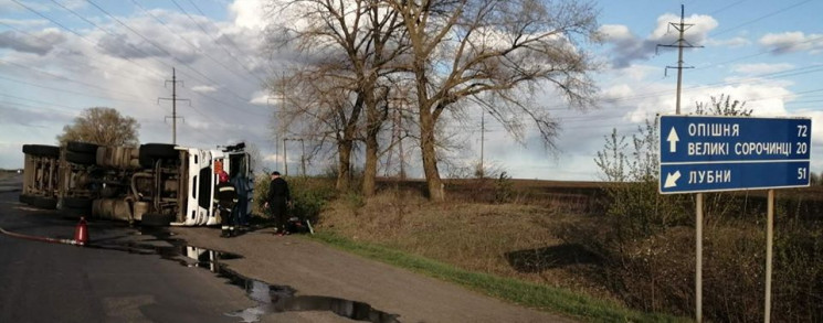 На Полтавщині перекинулася автоцистерна…
